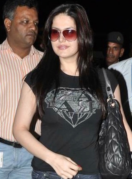 Zarine Khan Spotted Sizzling hot in Black Top!